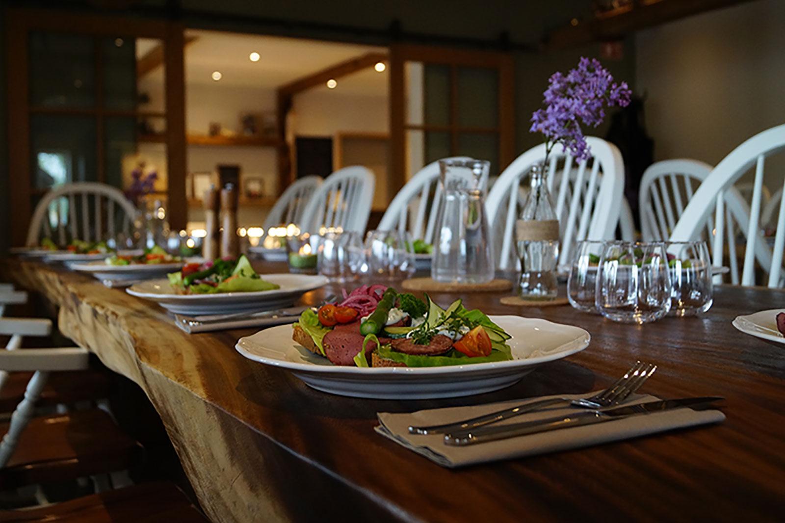 Dukat bord med fint upplagd mat.